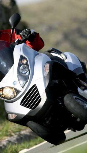 Piaggio lanseaza un scuter hibrid cu trei roti si autonomie de 720 de kilometri