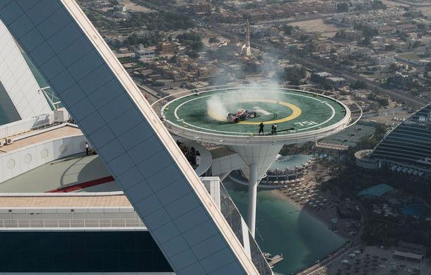 """Red Bull a sărbătorit titlurile cu """"cerculeţe"""" pe helipadul clăirii Burj Al Arab din Dubai - Poza 8"""