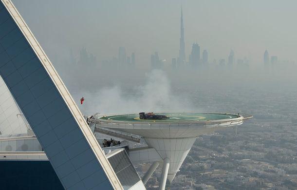 """Red Bull a sărbătorit titlurile cu """"cerculeţe"""" pe helipadul clăirii Burj Al Arab din Dubai - Poza 9"""