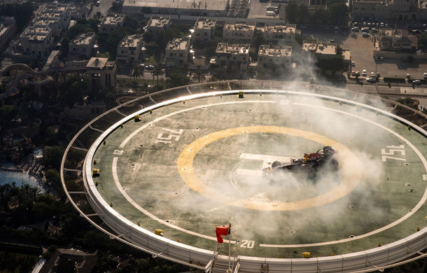 """Red Bull a sărbătorit titlurile cu """"cerculeţe"""" pe helipadul clăirii Burj Al Arab din Dubai - Poza 2"""