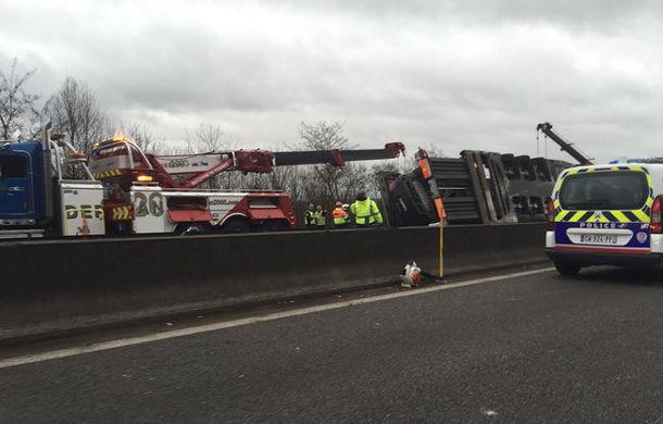 Accident de milioane de euro: un camion cu 9 supercaruri s-a răsturnat pe o autostradă lângă Paris - Poza 2