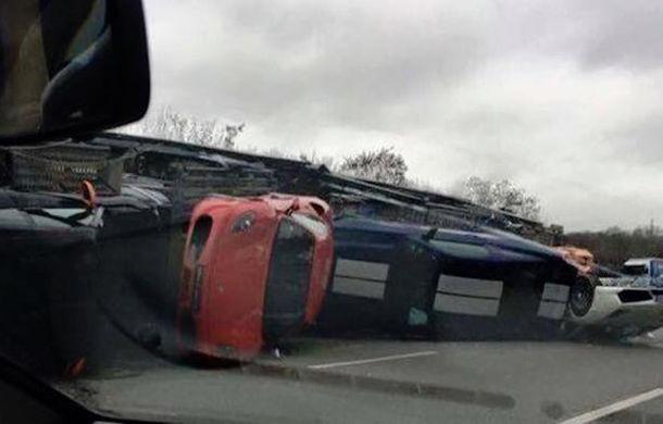 Accident de milioane de euro: un camion cu 9 supercaruri s-a răsturnat pe o autostradă lângă Paris - Poza 1