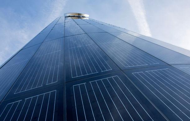 Opulenţă ecologică: Porsche a construit un pilon de 25 de metri învelit în panouri solare pentru alimentarea sediului din Berlin - Poza 4
