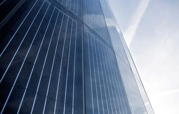 Opulenţă ecologică: Porsche a construit un pilon de 25 de metri învelit în panouri solare pentru alimentarea sediului din Berlin - Poza 3