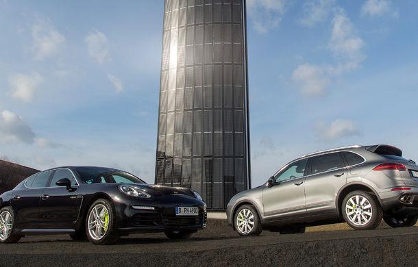 Opulenţă ecologică: Porsche a construit un pilon de 25 de metri învelit în panouri solare pentru alimentarea sediului din Berlin - Poza 2
