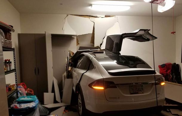 După Toyota, și mașinile Tesla sunt acuzate că accelerează singure: un Model X a ajuns în sufrageria proprietarului. Tesla exclude defecțiunile - Poza 3