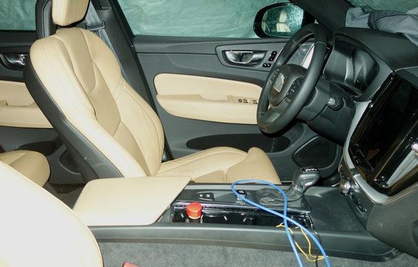 Nicio surpriză: primele imagini-spion ne arată că interiorul noului Volvo XC60 se inspiră masiv din cel al fratelui mai mare, XC90 - Poza 2