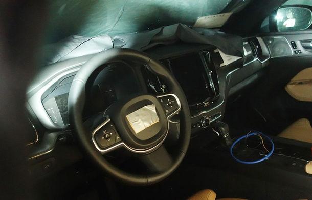 Nicio surpriză: primele imagini-spion ne arată că interiorul noului Volvo XC60 se inspiră masiv din cel al fratelui mai mare, XC90 - Poza 1