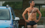 VIDEO: Dacia Sandero facelift primește opțiuni inedite în reclamele din Anglia: duș, pat de bronzare și mașină de tuns iarba