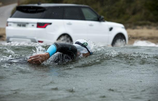 Întrecere inedită: Range Rover Sport facelift PHEV își măsoară forțele cu doi înotători - Poza 4