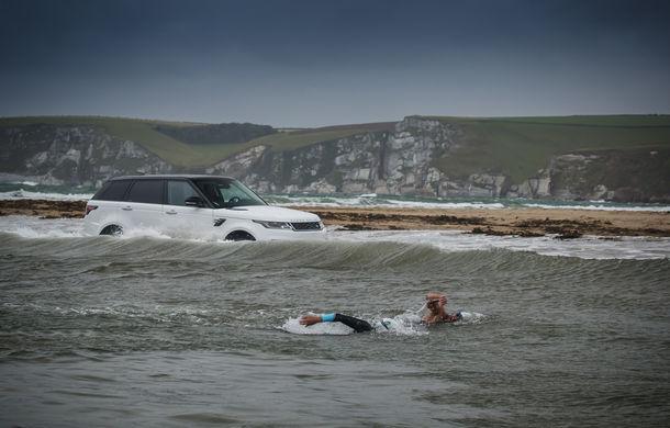 Întrecere inedită: Range Rover Sport facelift PHEV își măsoară forțele cu doi înotători - Poza 1
