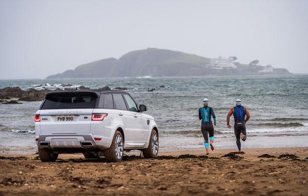 Întrecere inedită: Range Rover Sport facelift PHEV își măsoară forțele cu doi înotători - Poza 16