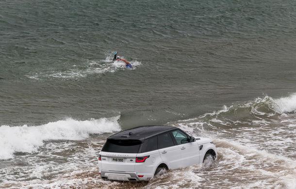 Întrecere inedită: Range Rover Sport facelift PHEV își măsoară forțele cu doi înotători - Poza 8