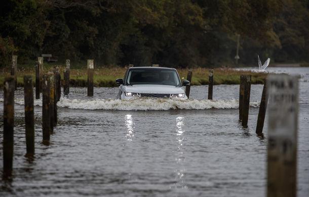Întrecere inedită: Range Rover Sport facelift PHEV își măsoară forțele cu doi înotători - Poza 12