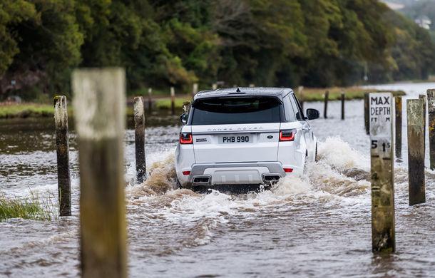 Întrecere inedită: Range Rover Sport facelift PHEV își măsoară forțele cu doi înotători - Poza 13