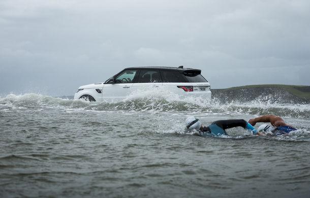 Întrecere inedită: Range Rover Sport facelift PHEV își măsoară forțele cu doi înotători - Poza 3