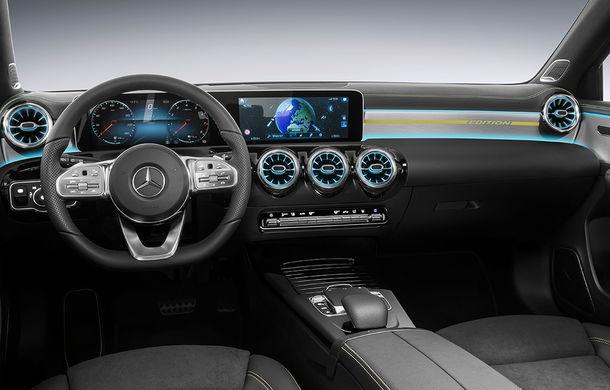Primele imagini cu interiorul noii generații Mercedes Clasa A: volan preluat de la Clasa S, două ecrane de 12 inch, spațiu mai mare pentru pasageri - Poza 1
