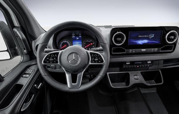 Primele imagini cu interiorul viitorului Mercedes-Benz Sprinter: utilitara primește accesorii moderne - Poza 1