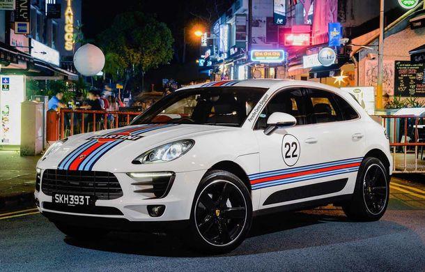 """Campanie în Singapore: Porsche Macan promovat cu ajutorul unor """"haine"""" celebre în motorsport - Poza 2"""