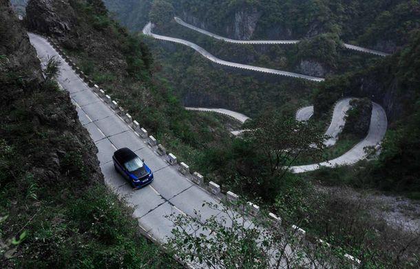 Un Range Rover Sport SVR a fost mai rapid decât un Ferrari 458 Italia: puțin sub 10 minute pentru un traseu de 11 kilometri cu 99 de viraje - Poza 1