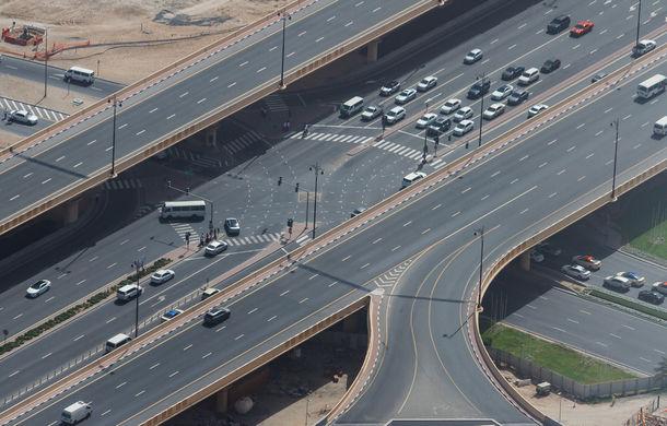 Dubai testează plăcuțe de înmatriculare digitale: amenzile vor fi plătite automat din conturile proprietarilor, iar aceștia vor fi urmăriți prin GPS - Poza 1