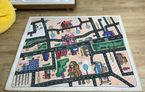 """Învață-ți copiii să traverseze corect: proiectul """"CovOrașul meu"""" ilustrează harta reală a cartierului pe un covor de joacă"""