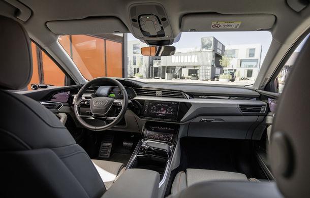 Primele imagini cu interiorul lui Audi e-tron: SUV-ul electric are 5 ecrane, dintre care două pentru camerele care înlocuiesc oglinzile - Poza 4