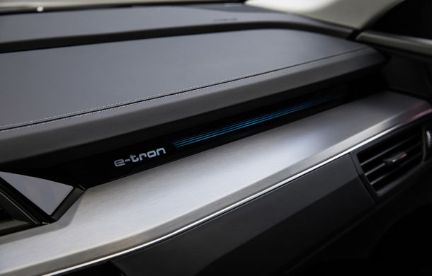 Primele imagini cu interiorul lui Audi e-tron: SUV-ul electric are 5 ecrane, dintre care două pentru camerele care înlocuiesc oglinzile - Poza 15