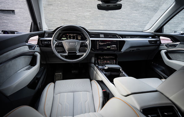 Primele imagini cu interiorul lui Audi e-tron: SUV-ul electric are 5 ecrane, dintre care două pentru camerele care înlocuiesc oglinzile - Poza 1