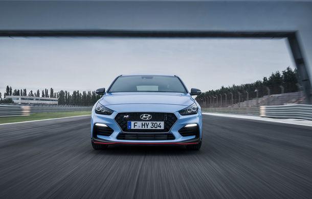 Hyundai i30 N Fastback, surprins în timpul testelor: modelul de performanță debutează în cadrul Salonului Auto de la Paris - Poza 1