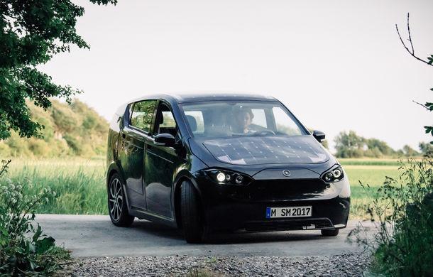 Nemții testează un vehicul electric cu panouri fotovoltaice: autonomie de 250 de kilometri și preț de 16.000 de euro - Poza 1