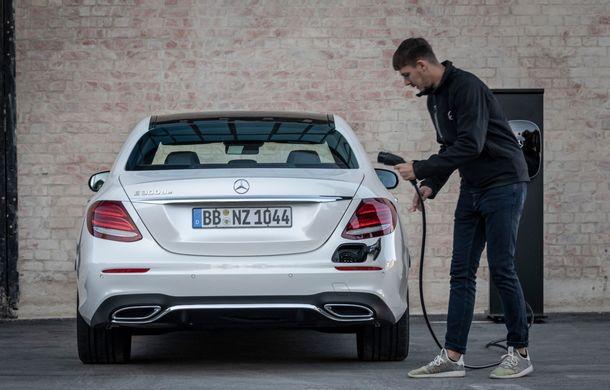 Mercedes-Benz Clasa E primește noi versiuni cu sistem hibrid de propulsie: până la 320 CP și autonomie în modul electric de 54 de kilometri - Poza 19