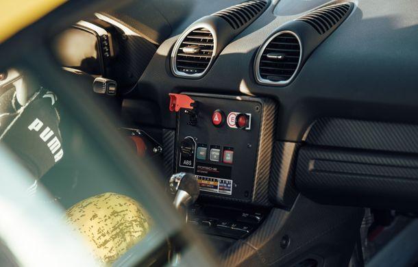 Porsche a prezentat noul 718 Cayman GT4 Clubsport: suspensie preluată de la 911 GT3 Cup și portiere fabricate dintr-un amestec de fibre organice - Poza 18