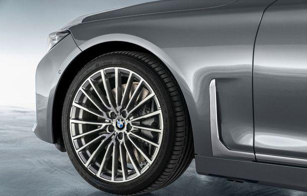 BMW Seria 7 facelift, imagini și detalii oficiale: design revizuit, asistent personal inteligent și motoare îmbunătățite - Poza 39