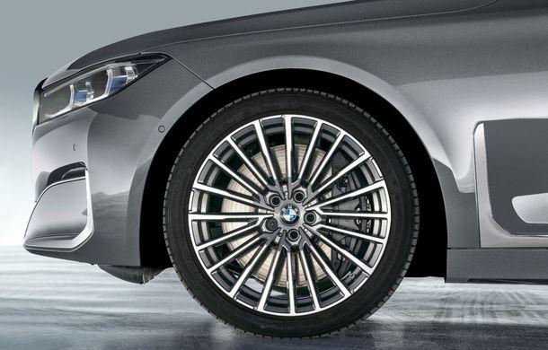 BMW Seria 7 facelift, imagini și detalii oficiale: design revizuit, asistent personal inteligent și motoare îmbunătățite - Poza 37