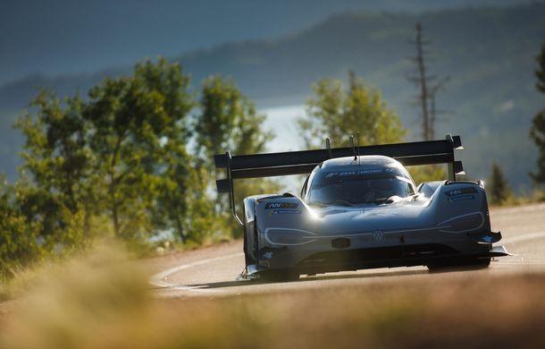 "Volkswagen vrea un nou record pe Nurburgring: francezul Romain Dumas va ataca ""Iadul Verde"" cu prototipul electric ID R - Poza 3"
