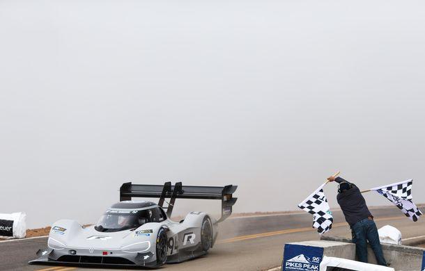 "Volkswagen vrea un nou record pe Nurburgring: francezul Romain Dumas va ataca ""Iadul Verde"" cu prototipul electric ID R - Poza 2"