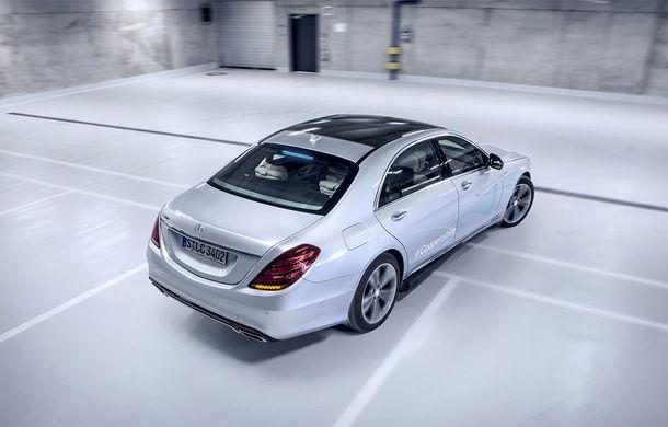 """Cum vom recunoaște o mașină autonomă în trafic? Mercedes-Benz a dezvoltat lumini turcoaz pentru """"comunicarea"""" cu pietonii și bicicliștii - Poza 3"""