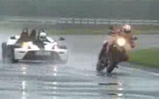 VIDEO: Razboi civil la KTM - patru vs. doua roti
