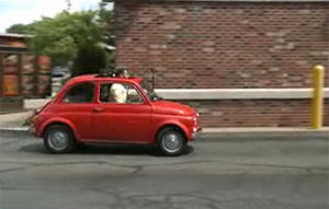 VIDEO FUN: Cum conduce un urias un Fiat 500 Cabrio clasic