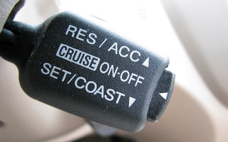 Unui australian i-a ramas cruise controlul blocat pe 80 km/h prin oras