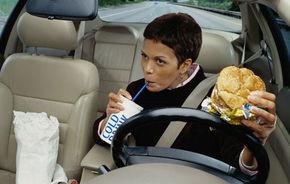 STUDIU: Cele mai frecvente activităţi care îţi distrag atenţia la volan