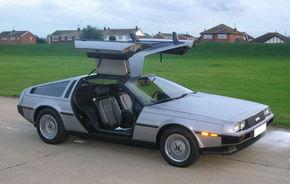 """După 25 de ani, maşina din filmul """"Înapoi în viitor"""" a devenit electrică"""