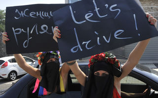 Arabia Saudită: O femeie a fost iertată de rege că şi-a condus maşina