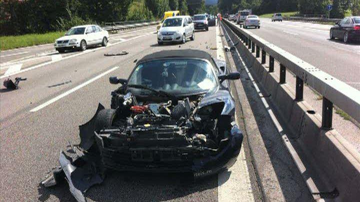 Turul lumii cu Tesla Roadster, compromis de un accident în lanţ - Poza 1