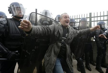 Franţa: 1.000 de salariaţi PSA au protestat la Salonul Auto de la Paris - Poza 2