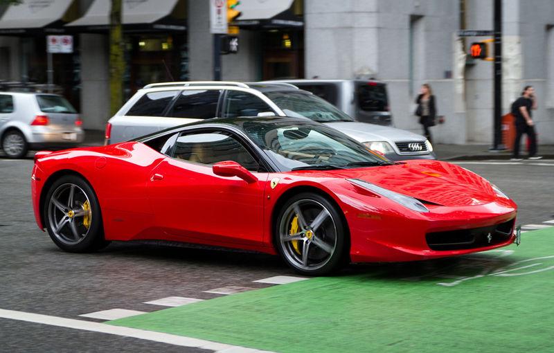 Poliţia spaniolă a arestat membrii unei reţele care falsifica maşini Ferrari şi Aston Martin - Poza 1
