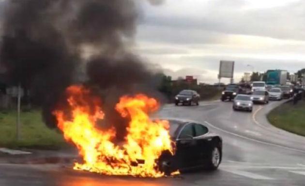 SUA: Un Tesla Model S ia foc în urma unui accident, acţiunile companiei scad - Poza 1