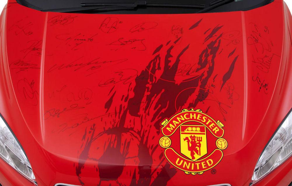 Chevrolet scoate la licitaţie un Trax semnat de toţi jucătorii lui Manchester United - Poza 4