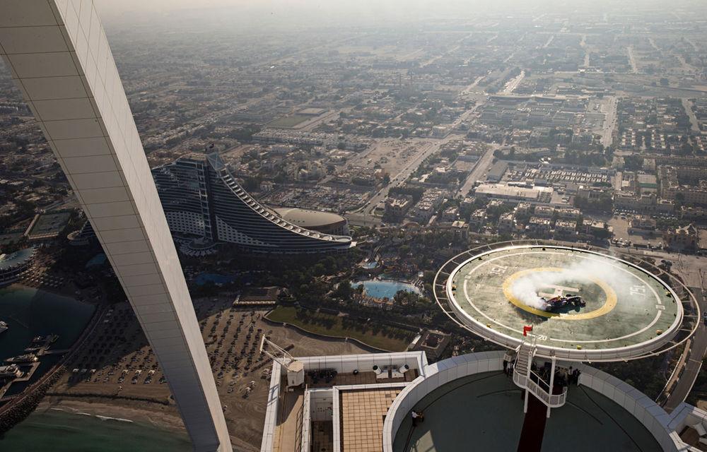 """Red Bull a sărbătorit titlurile cu """"cerculeţe"""" pe helipadul clăirii Burj Al Arab din Dubai - Poza 1"""